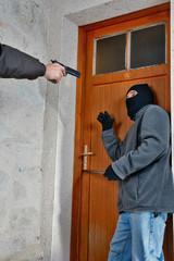 un cambrioleur pris en flagrant délit