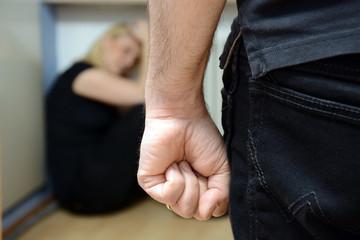 Frau fürchtet sich vor häuslicher Gewalt