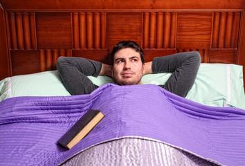 leyendo en la cama