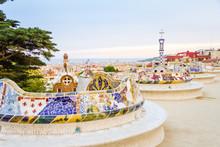 Kolorowe ławki mozaika Park Guell, zaprojektowanego przez Gaudiego, w Barce