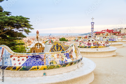 Papiers peints Artistique Colorful mosaic bench of park Guell, designed by Gaudi, in Barce