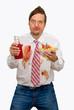 Mann mit Ketchupflecken auf dem Hemd
