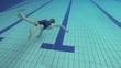 Junge taucht im Pool, Zeitlupe