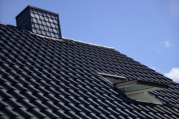 Hausdach mit offenem Dachfenster