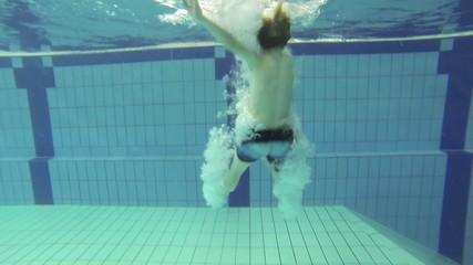 Junge springt in den Pool, Zeitlupe