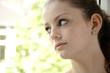 Teenager blickt besorgt aus Fenster