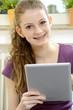Junge Frau mit Tablet-PC