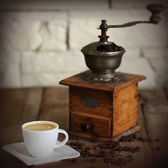 Tasse Espresso vor Kaffeemühle
