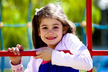 Bambina bella al parco giochi