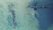 Kind springt in Pool, Rückwärtslauf