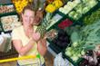 kundin mit ananas in der hand