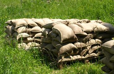 Sandsäcke gestapelt im Gras