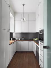 cucina moderna con pavimento di parquet