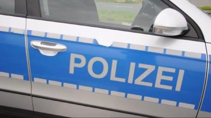 Tür von Polizeifahrzeug schlägt zu