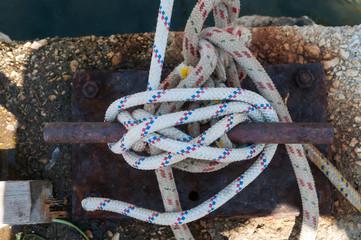 Eine Leine, aufgewickelt auf einem Belegnagel