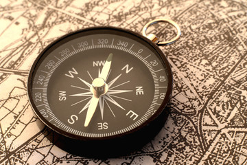 地図の上の方位磁針