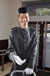 Lächelnder Concierge in Uniform