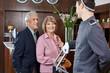 Senioren beim Check-In im Hotel