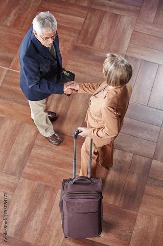 Ältere Geschäftsleute schütteln Hände