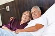 Paar Senioren kuschelt im Bett