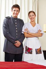 Zimmermädchen in Concierge im Hotel