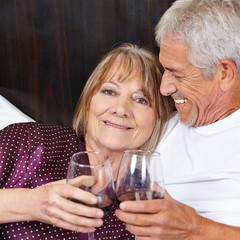 Paar Senioren trinkt Wein im Bett