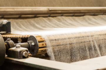 Vlies auf dem Vörderband aus alter Maschine in Spinnerei