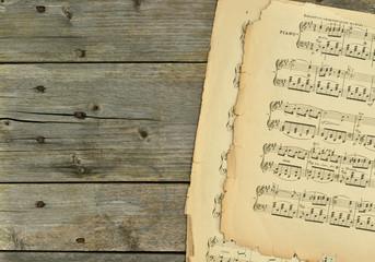 Alte Notenblätter auf Holzhintergrund