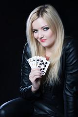 Mädchen spielt Poker