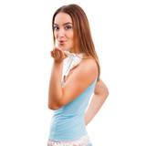 attraktive brünette junge Frau im Sommerkleid