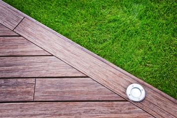 Terrasse en bois et pelouse