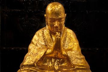 Goldener Buddha - Betender Mönch