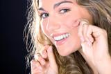 Frau putzt Zahnzwischenräume mit Zahnseide
