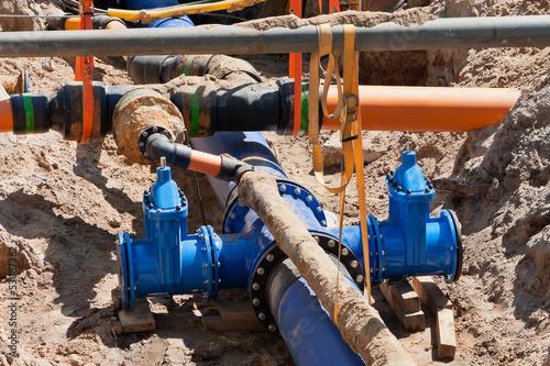 Gasrohre und Wasserrohre in einer Baugrube