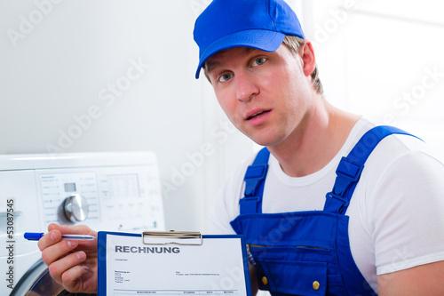 Handwerker präsentiert Rechnung