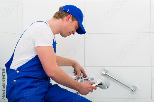 Klempner oder Installateur bei Arbeit im Bad