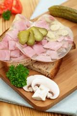 Brot mit Schinken in Aspik