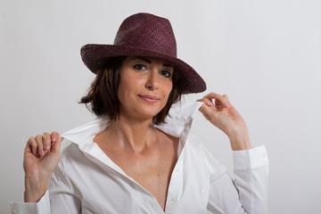 Donna con cappello in città