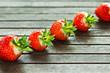 Linie mit Erdbeeren auf Holz