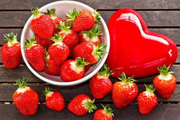 frische Erdbeeren mit rotem Herz _ fresh strawberries, heart