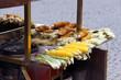 gegrillte maiskolben im straßenverkauf