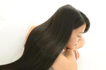 くつろぐ黒髪の女性