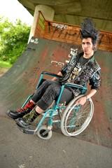 Homme en fauteuil roulant. Punk style.
