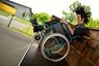 Punk homme en fauteuil roulant  faisant du sport