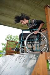 homme en fauteuil roulant faisant du sport extreme