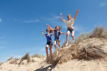 Saut goupe  enfants sur la dune