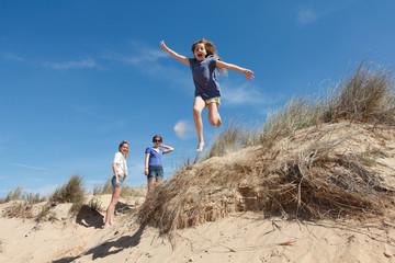 Saut enfant sur la dune