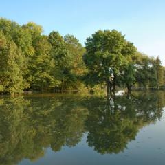 Hochwasser, überfluteter Landstrich, trügerische Ruhe