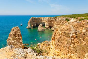 Blick auf die Felsküste in der Algarve Portugal
