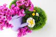 Frische Blumen in einer Gießkanne